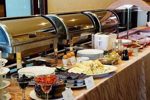 «Шведский стол» в ресторане гостиницы «Hotel Yangon».